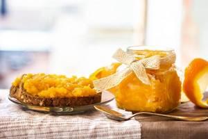 Апельсин в виде джема на тосте и в банке