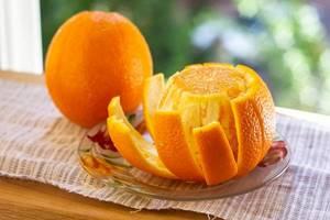 Наполовину очищенный апельсин